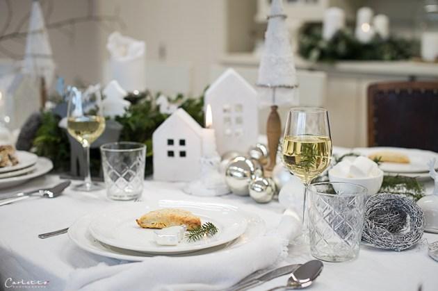 festlich gedeckter tisch weihnachten fr den heiligen. Black Bedroom Furniture Sets. Home Design Ideas