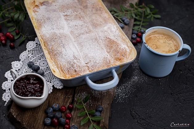Milchrahmstrudel mit Vanillsauce & Preiselbeermarmelade