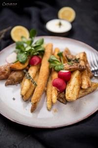 Panierter Spargel mit Kartoffelecken und Salat