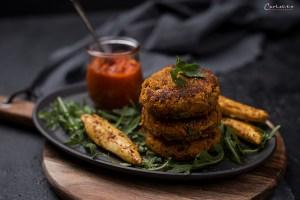 Süßkartoffel Kichererbsen Burger mit Hühnrspießen