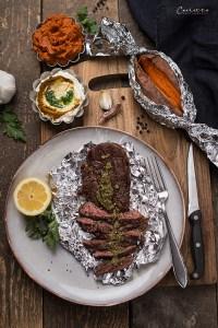 Steak mit Ofensüßkartoffel, zweierlei Salsa & Cury Dip