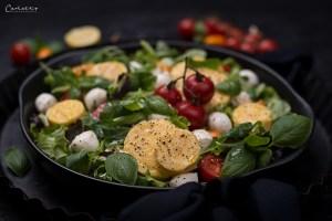 Sommersalat mit Polenta-Käsetaler