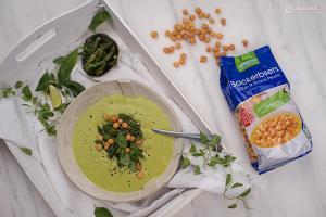 Cremige grüne Spargelsuppe mit frischen Spinatblättern