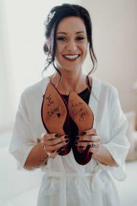 Make-Up-Artist beim Getting Ready von cookingCatrin. Braut-Make-Up.