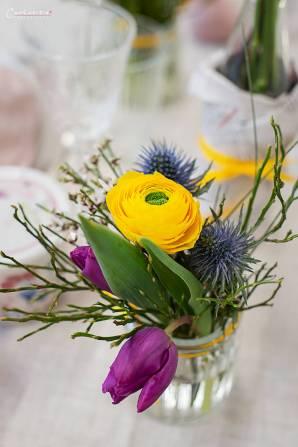 Frühlingshaft gedeckter Ostertisch mit Reindlingkranz, frischen Blumen, hellen Farben und selbstgebastelten Dekoelementen.
