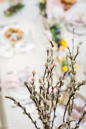 Frühlingshaft gedeckter Ostertisch mit Reindlingkranz