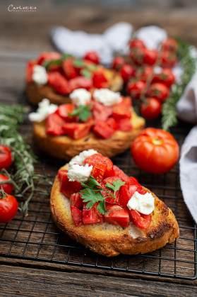 Bruschette mit saftig roten Tomaten.