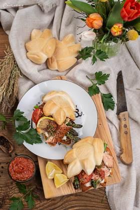 Lachs Burger mit heller Kräuter-Mayo als Basis, Rucola, Kresse, Tomaten