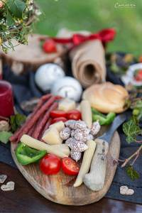 Jausenbrett mit Salami, Käse,Paprika und Tomaten