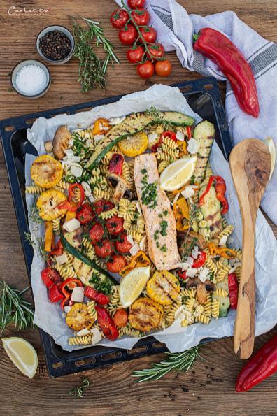 Nudeln vom Blech mit buntem Grillgemüse und Lachs