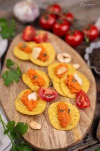 Rotes Pesto auch Chips als Appetizer serviert