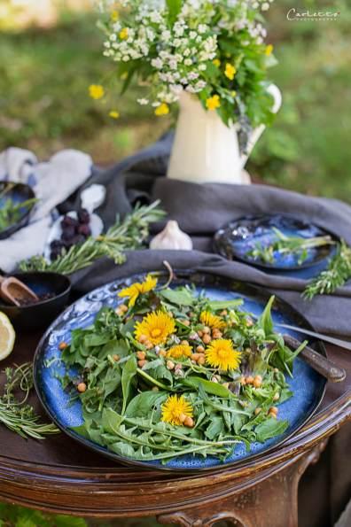 Wildkräutersalat mit Löwenzahn, Rucola, wilden Thymian, Löwenzahnblüten und Backerbsen