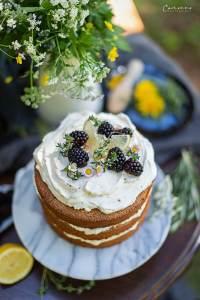 Naked Cake - Zitronentorte mit Mascarponecrme Brombeeren, Thymian, Zitrone und Gänseblümchen