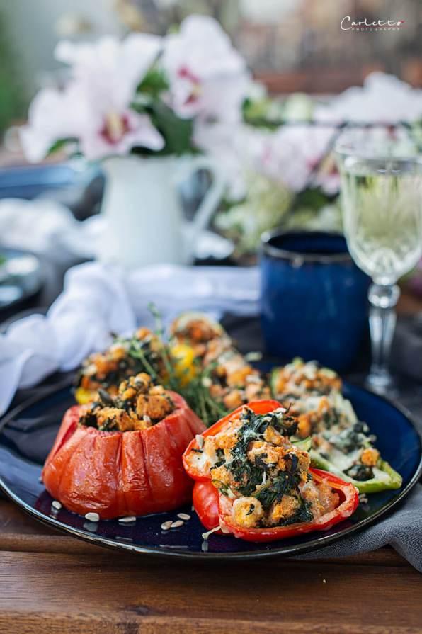 Tischdekoration mit bunten gefüllten Gemüse