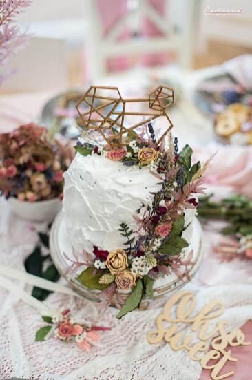 Buttercreme Torte mit getrockeneten Blüten