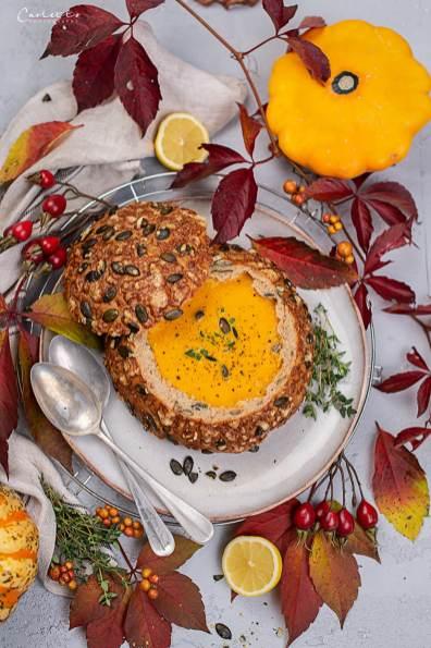 Kürbis Karotten Suppe im Herbstbrot_8596