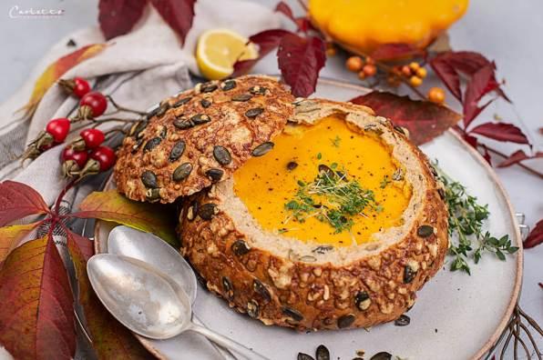 Kürbis Karotten Suppe im Herbstbrot_8631