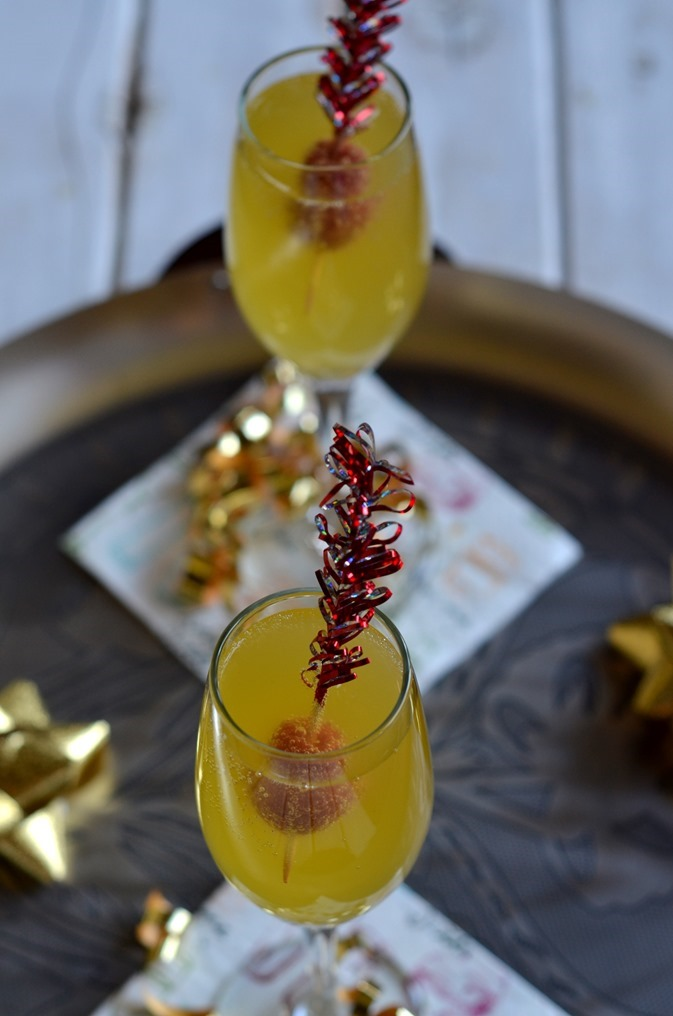 Mango Fizzy Cocktail - An easy tropical cocktail to serve in champagne flutes for New Years party or other entertaining (4)
