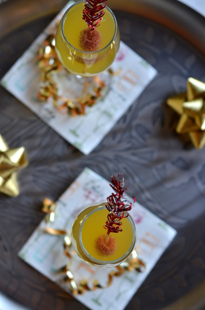 Mango Fizzy Cocktail - An easy tropical cocktail to serve in champagne flutes for New Years party or other entertaining (2)