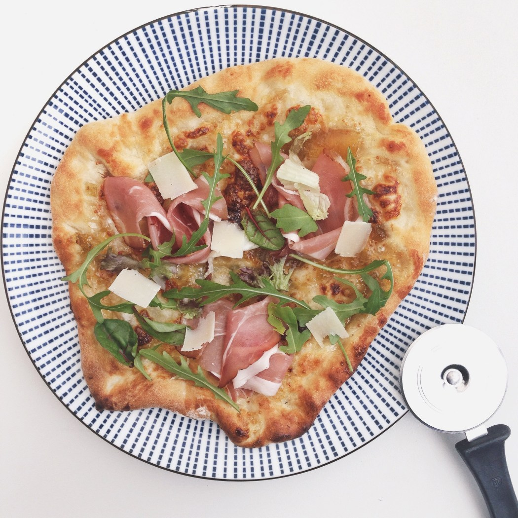 Pizza met vijgen serranoham en rucola, By cookingdom
