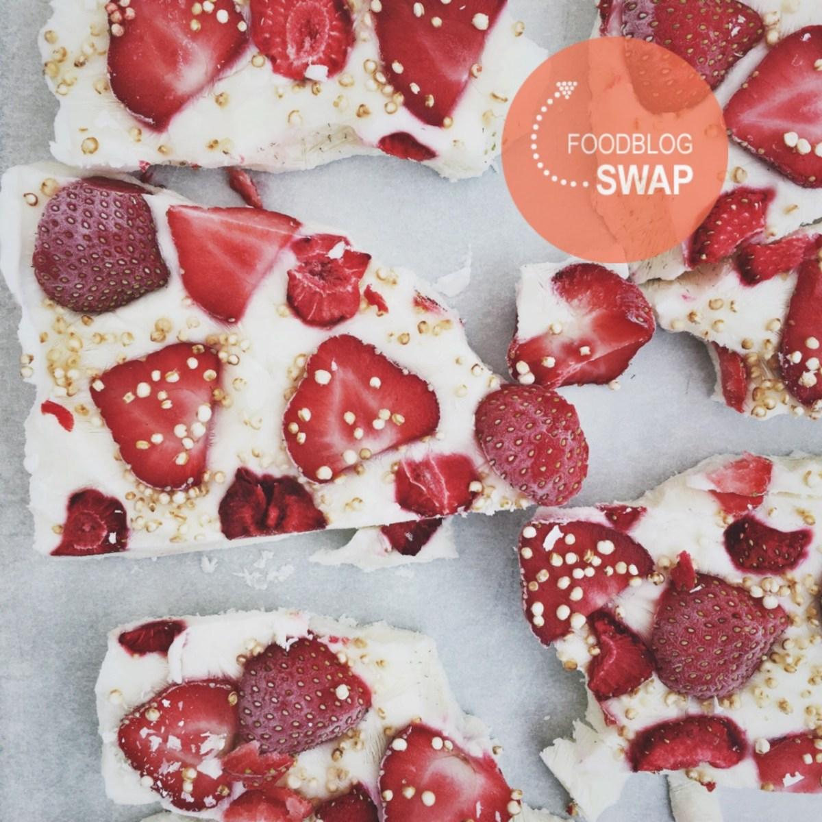 Frozen yoghurt brokken met aardbeien en gepofte quinoa