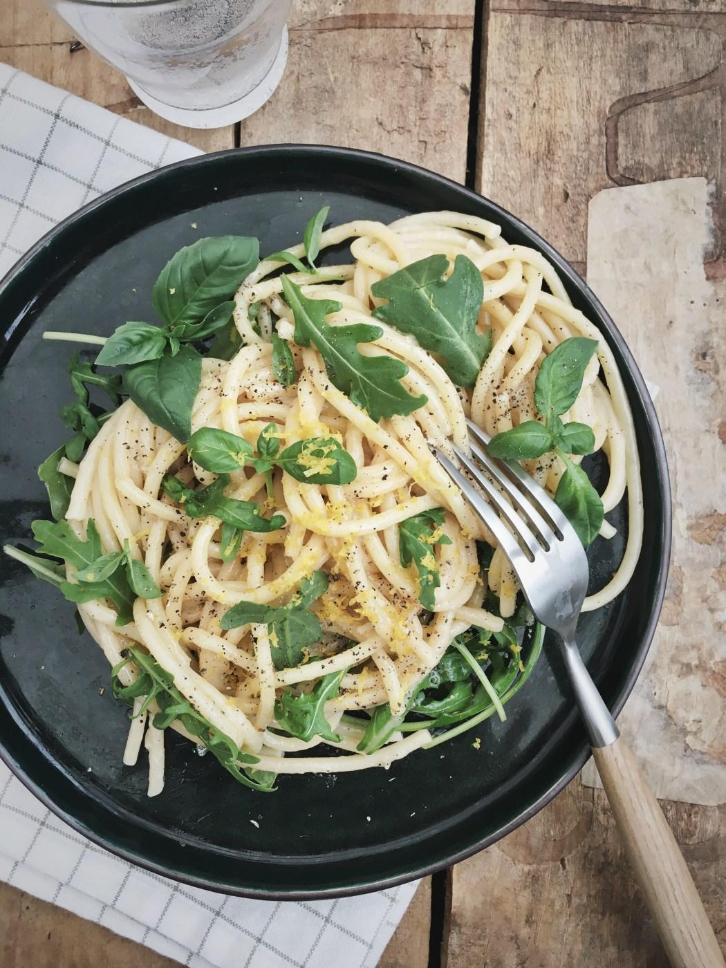 Kaas en peper pasta met rucola