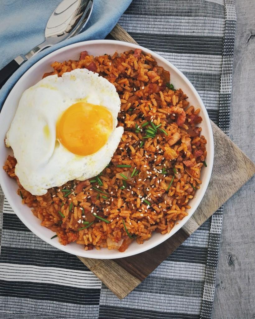 Koreaans gebakken rijst met kimchi