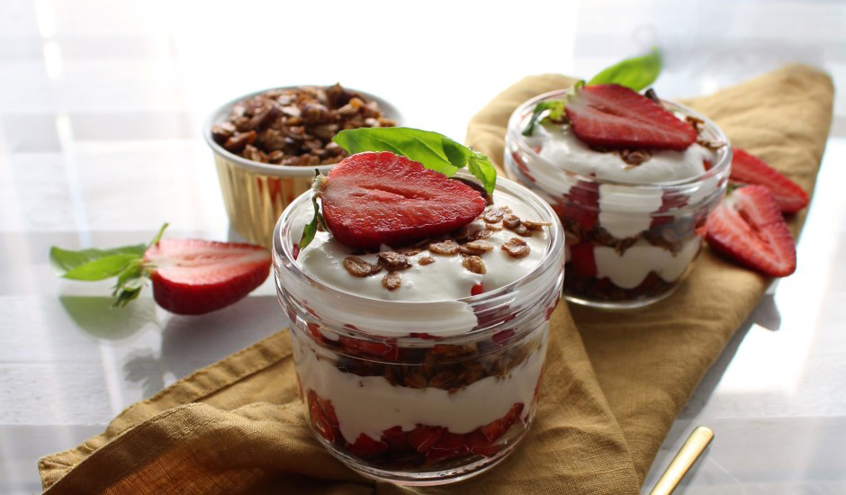 Strawberry and cottage cheese layered with roasted oat flakes