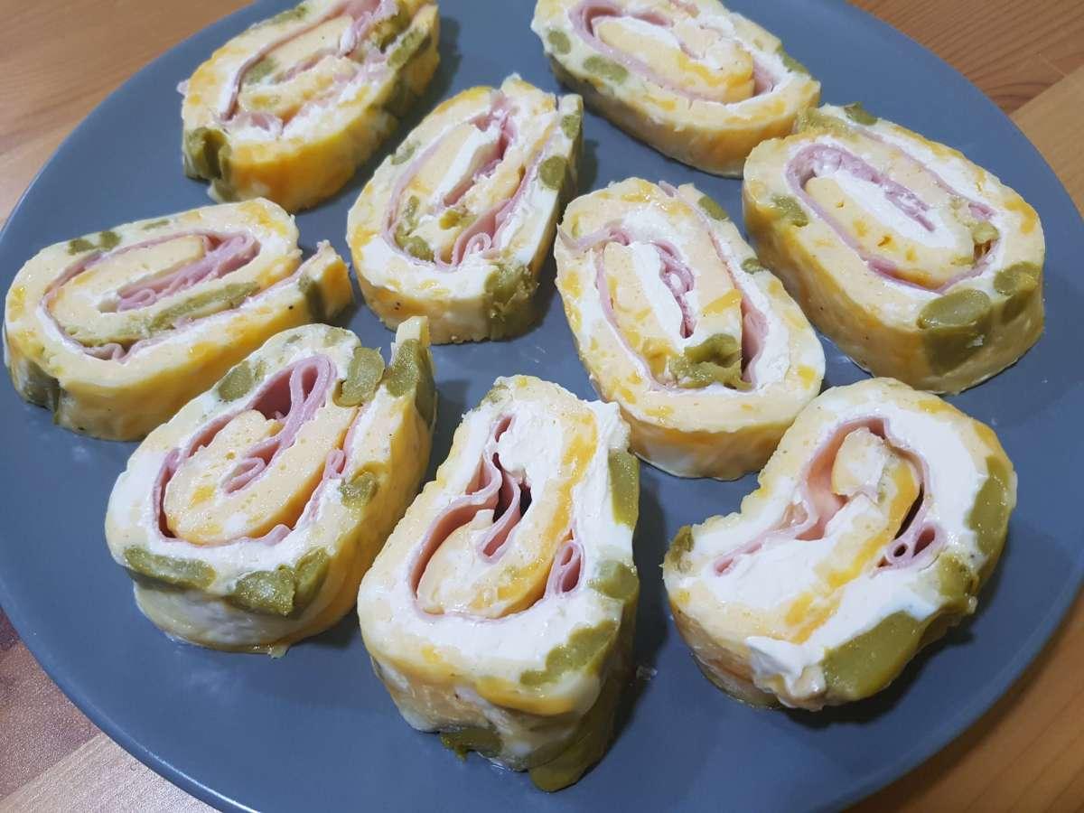 Rollitos de tortilla francesa rellenos de philadelphia y jamón york al horno