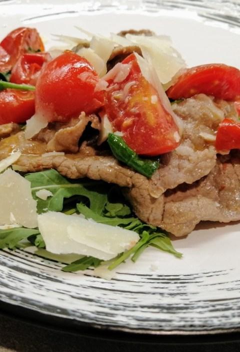 straccetti di carne con rucola pomodorini e grana