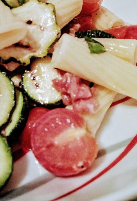 Insalata di pasta con zucchine grigliate e prosciutto crudo