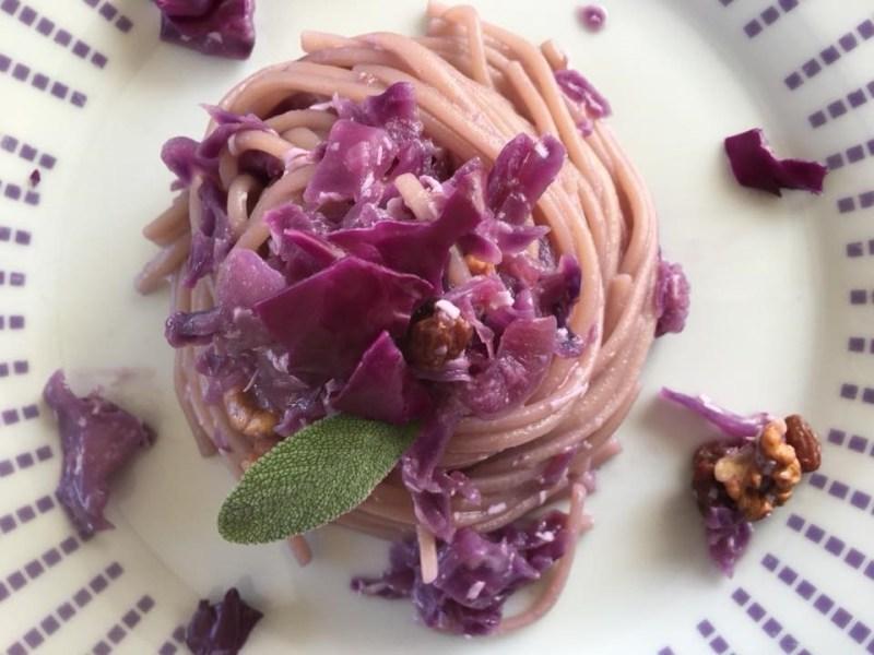 spaghetti al cavolo viola e noci
