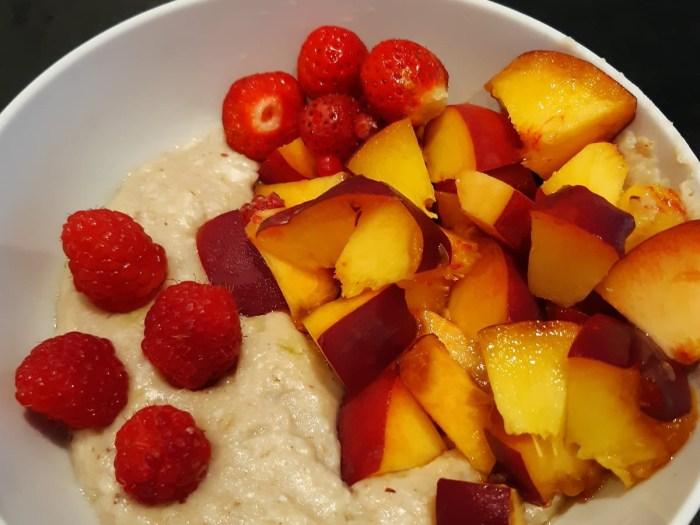 Porridge mit frischen Früchten