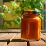 Chili-Sauce abgefüllt