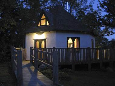 treehouse-exterior-view-at-night