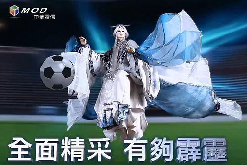 【圖三】素還真化身足球英雄,為世足熱潮增添台灣本土文化的光華意象
