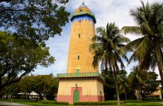 Known as the lighthouse that never saw the ocean, the Alhambra Water Tower was only used for a few years before Coral Gables started buying their water from the city of Miami. Click to read more or pin and save for later!