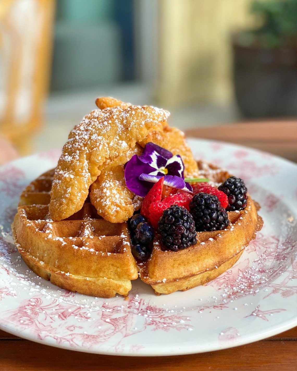 Miami Brunch Hostspot Little Hen in Midtown Miami with Instagrammable location and food chicken and waffles
