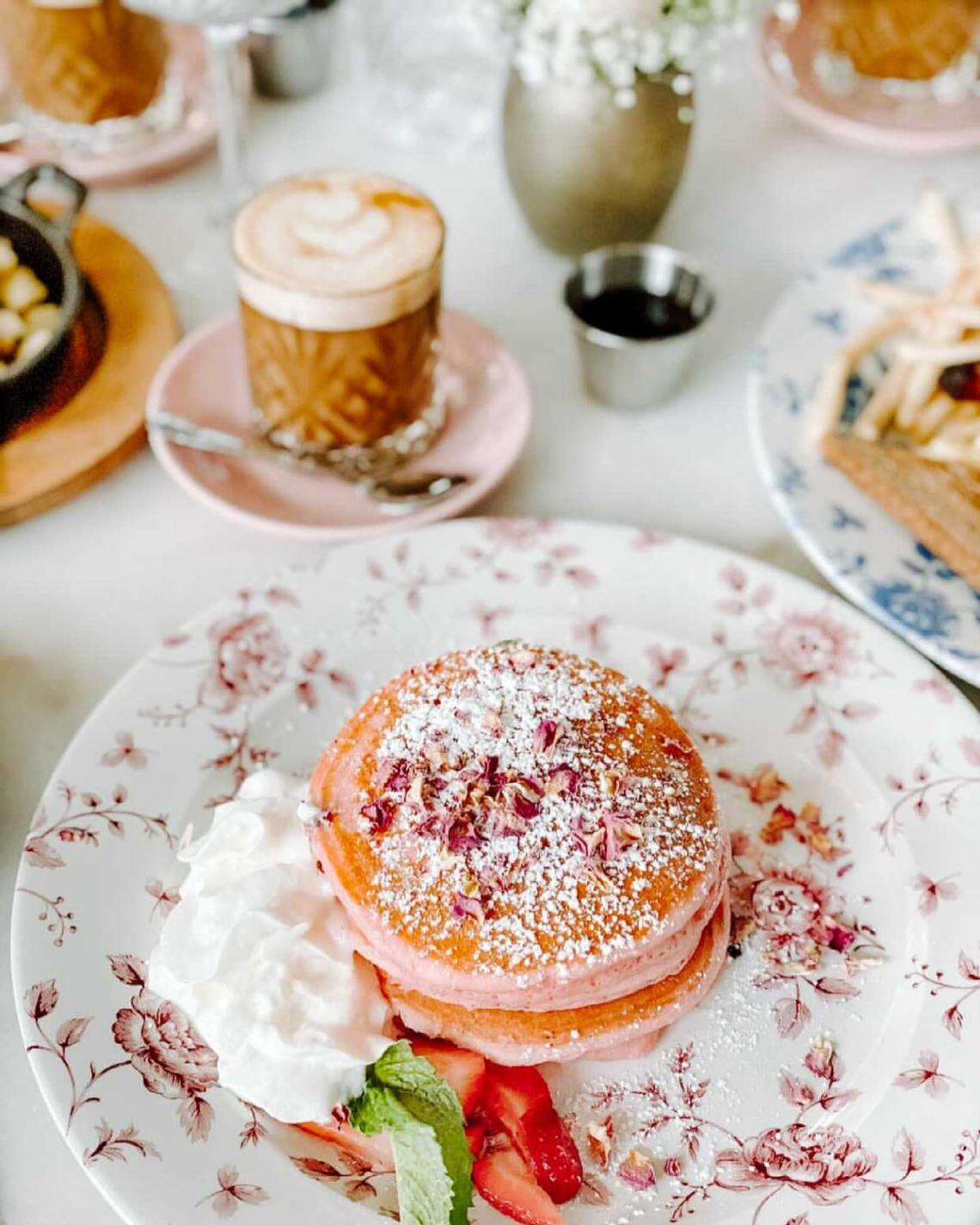 Miami Brunch Hostspot Little Hen in Midtown Miami with Instagrammable location and food rose petal pancakes