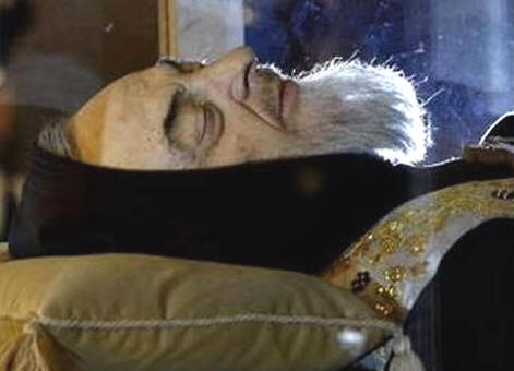 Luego de 40 años el cadáver fue exhumado y puesto en una urna de cristal para ser venerado por los fieles