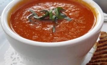 Zuppa estiva di pomodoro e basilico
