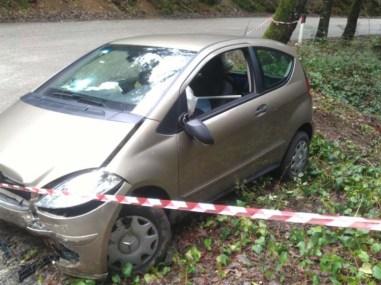 Auto nel burrone in un incidente al Colle della Trinità, due donne salve per miracolo