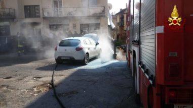 Un auto prende fuoco in via Gramsci a Ellera 3