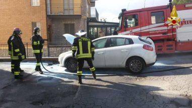 Un auto prende fuoco in via Gramsci a Ellera 4