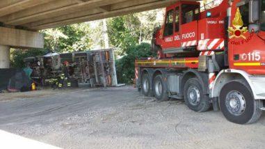 Camion precipita dal raccordo Perugia-Bettolle, tragedia sfiorata a due passi da una casa 4