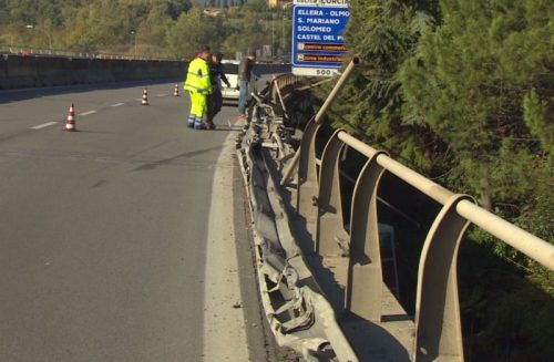 """Camion giù dal viadotto, Anas: """"La barriera del raccordo sarà ripristinata in 48 ore"""" 7"""