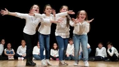Alle primarie Bonfigli i bambini imparano l'inglese...recitando 8
