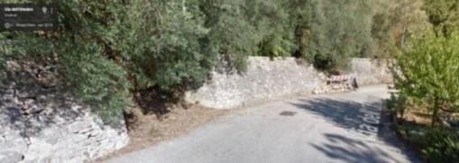 I cittadini segnalano: muro crollato e buche sulla strada, interventi attesi da tempo 5