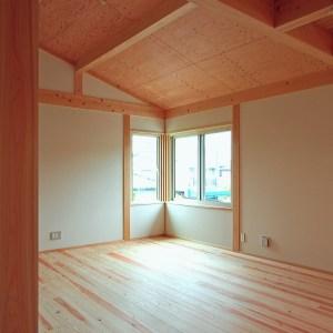勾配天井の2階リビング