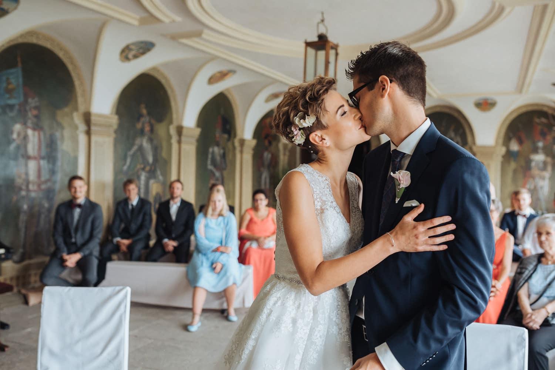 Kuss Trauung Brautpaar Hochzeit